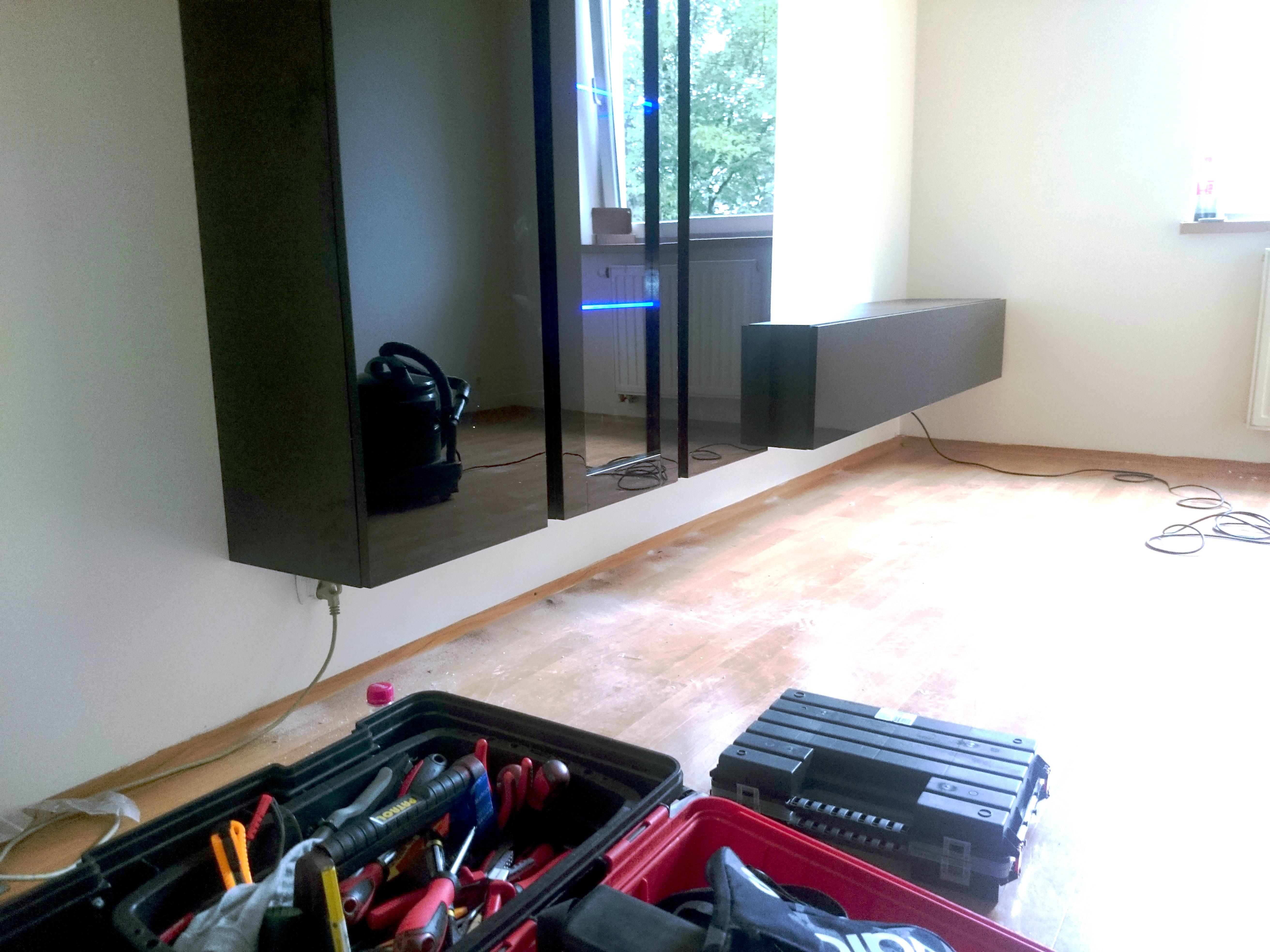 Stolik pod telewizor z witryną mocowany do ściany (wiszący)