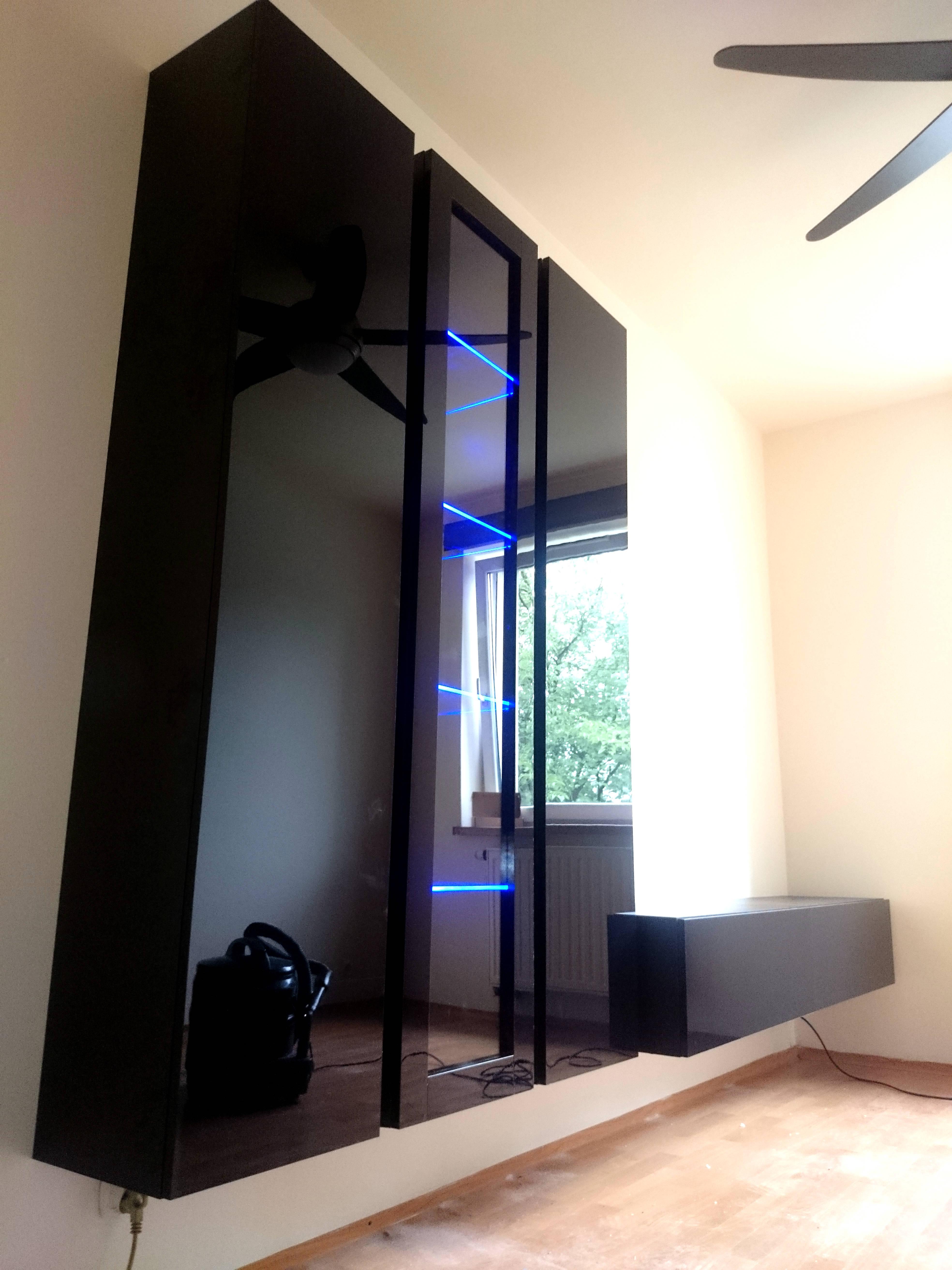 Stolik pod telewizor mocowany do ściany (wiszący)